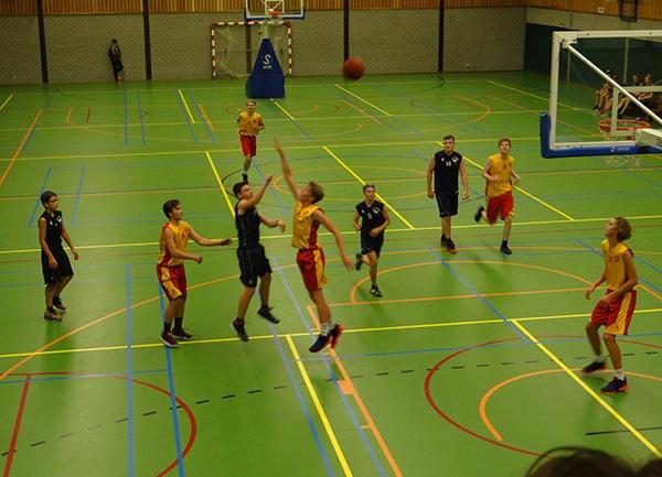 De basketbal dribbelt weer